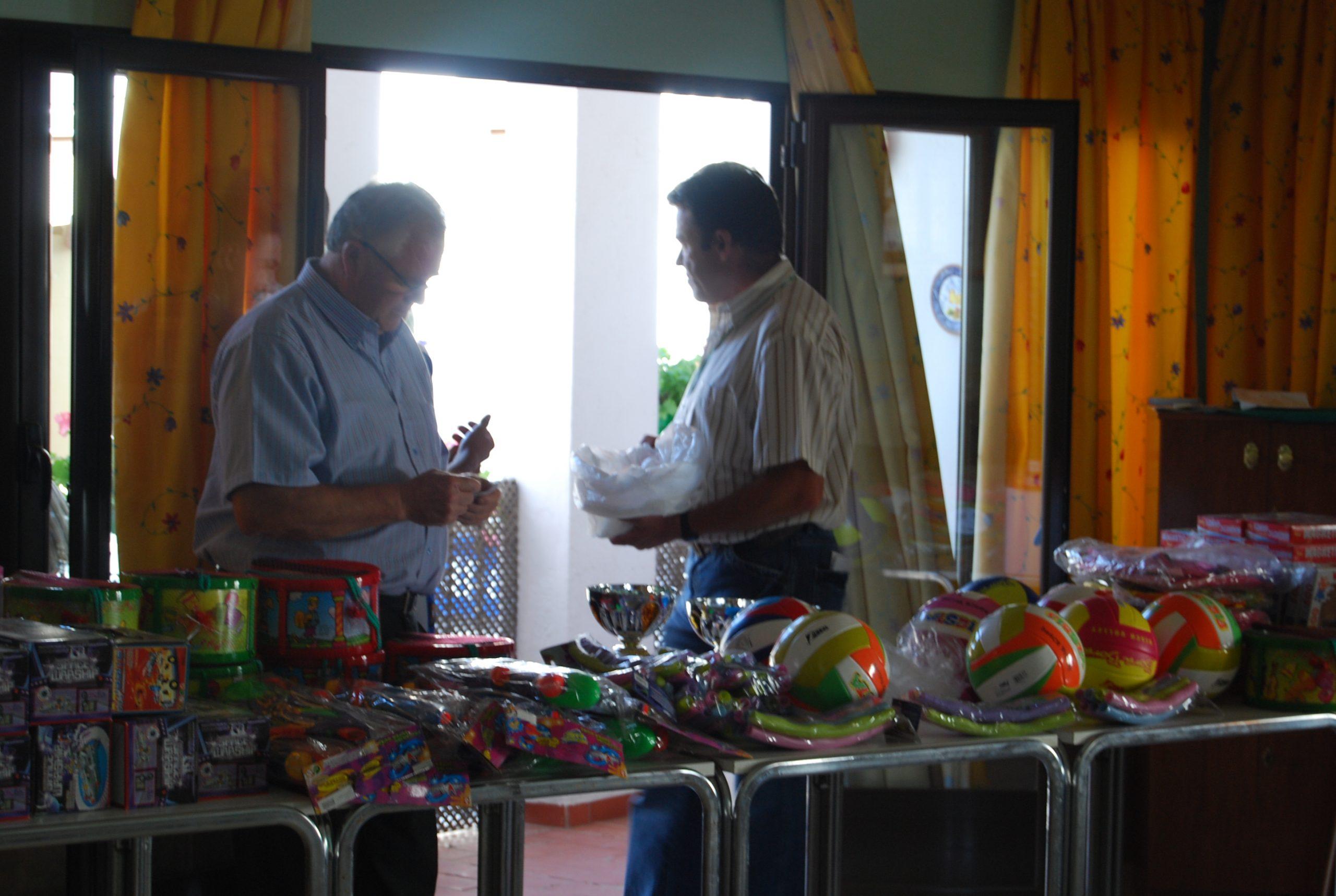 Los Juanes repartiendo regalos